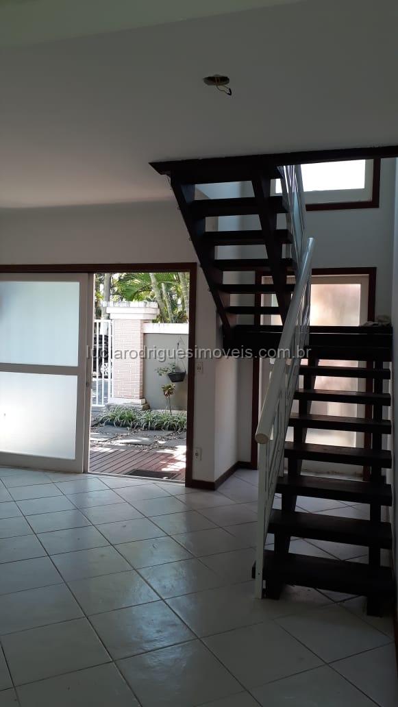 ALUGADA – Casa duplex 03 quartos – condomínio Palmeiras – Cabo Frio